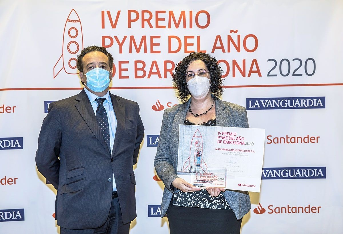 Andreu Antonell, General Director of the company, and Belén Fernández, Financial Director, collecting the Barcelona SME of the y