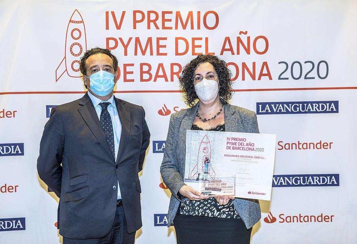Andreu Antonell, Director General de la compañía, y Belén Fernández, Directora Financiera, recogiendo el premio a la Pyme del añ