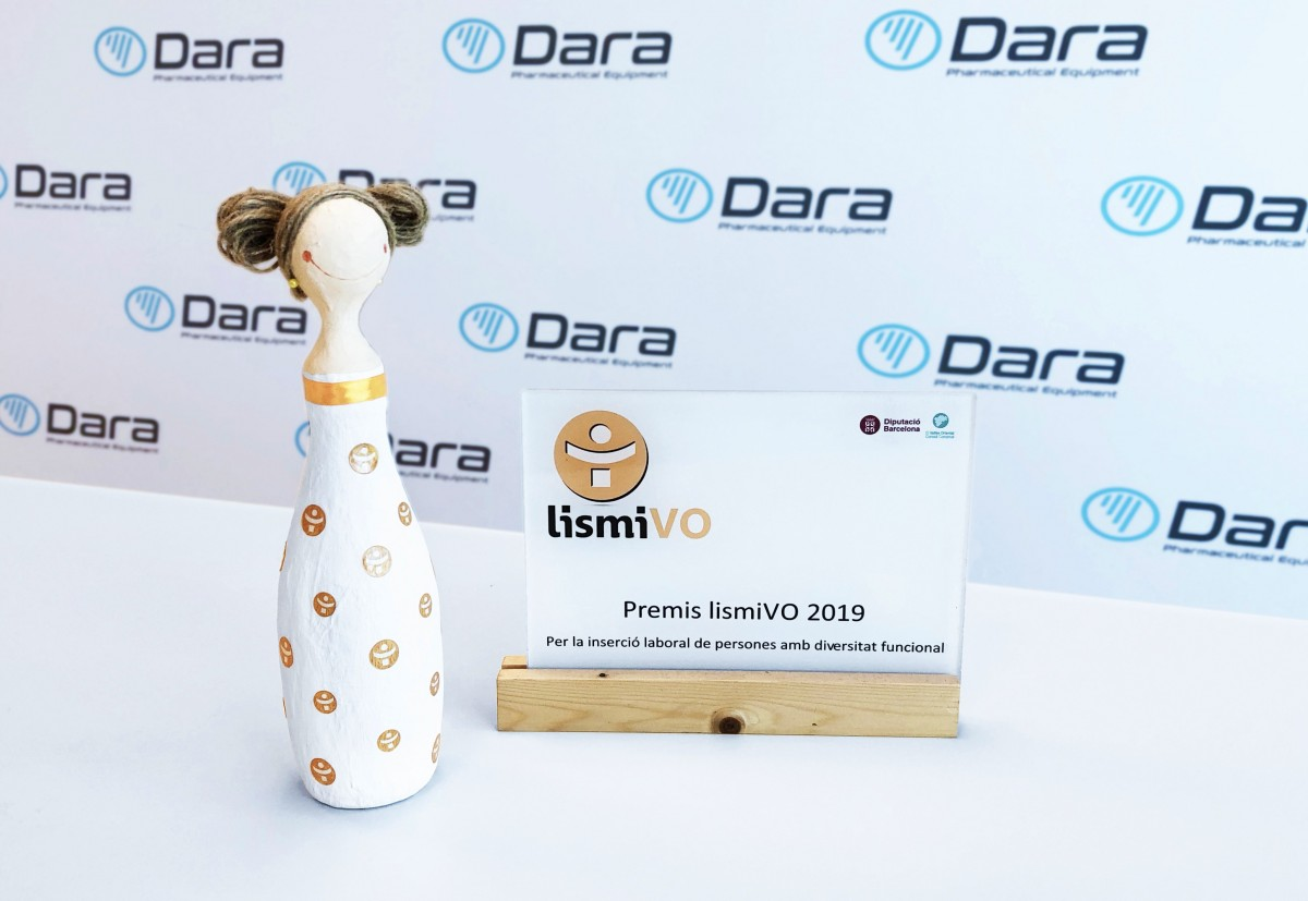 "Míriam Cañadas, director of the Team & Talent Development department, with the ""La dona d'aigua"" award, the award that the Xarxa"